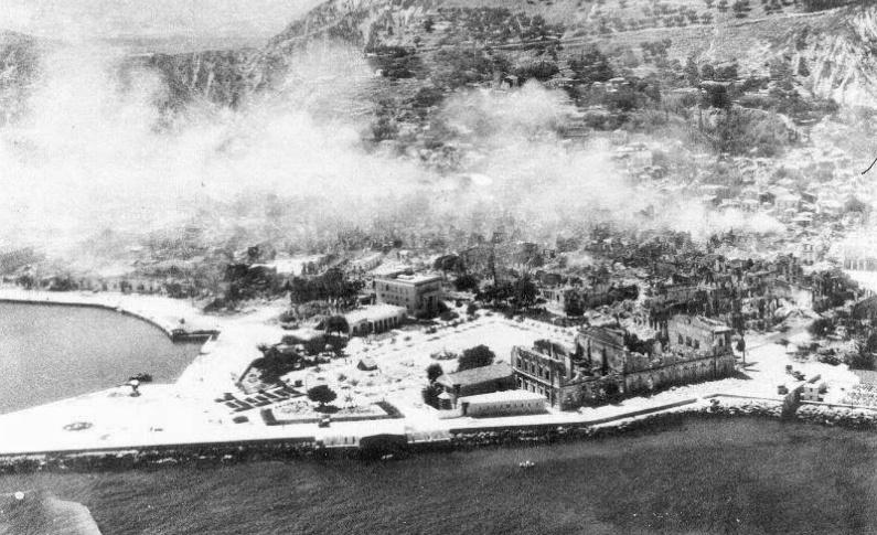 Σεισμοί 1953 Ζάκυνθος. Η πλατεία Σολωμού και γύρω ερείπια. Η φωτιά κατασπάραξε ότι απέμεινε
