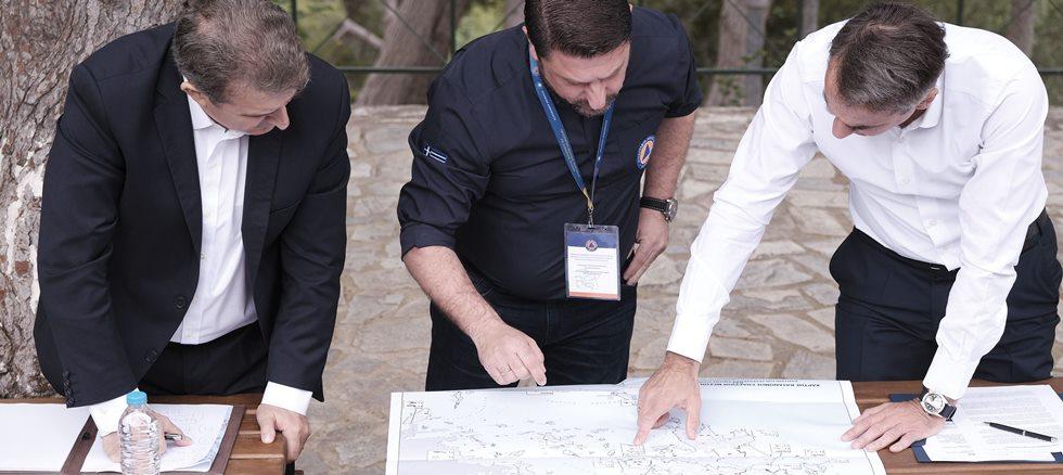 Στον Υμηττό Μητσοτάκης – Χρυσοχοΐδης – Χαρδαλιάς και η ηγεσία της Πυροσβεστικής