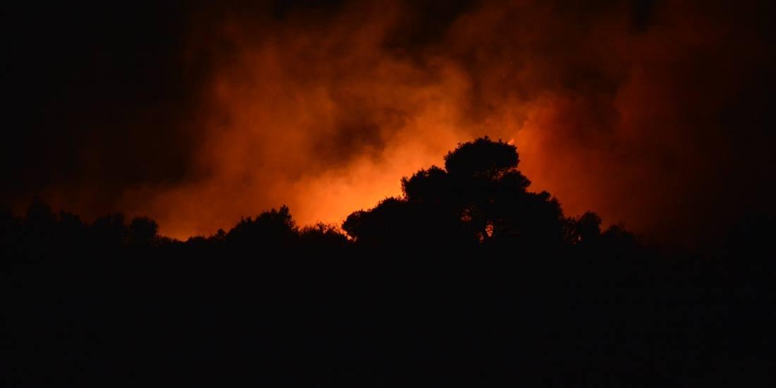 Ζάκυνθος: Σε ύφεση η πυρκαγιά στις Μαριές- Οι φλόγες απείλησαν το χωριό- Ολονύχτια μάχη με τις φλόγες (photos)