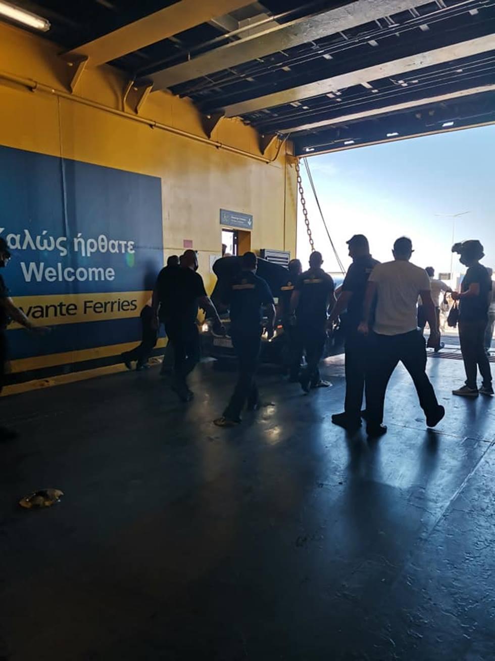 Φωτιά σε ΙΧ αυτοκίνητο στο γκαράζ του Mare Di Levante την ώρα που το πλοίο έφτανε χθες στο λιμάνι της Ζακύνθου εκτελώντας το δρομολόγιο Κυλλήνη- Ζάκυνθος (photos)