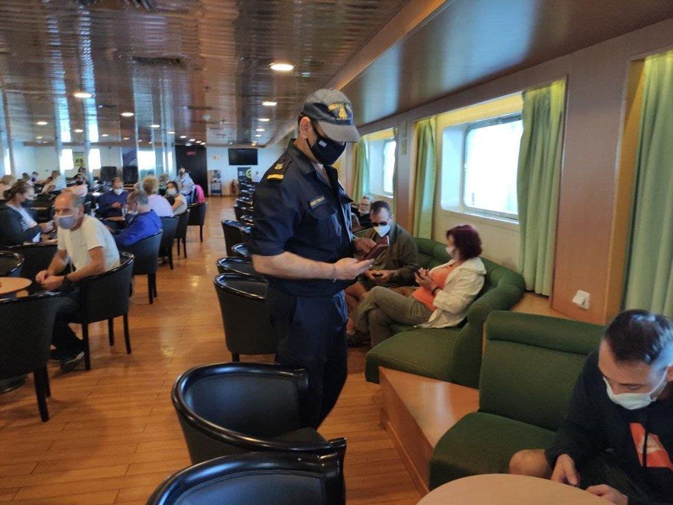 Αιφνίδια έφοδος ανδρών του λιμενικού εν πλω σε πλοίο στην γραμμή Ζάκυνθος- Κυλλήνη για πιστοποιητικά covid (photos))